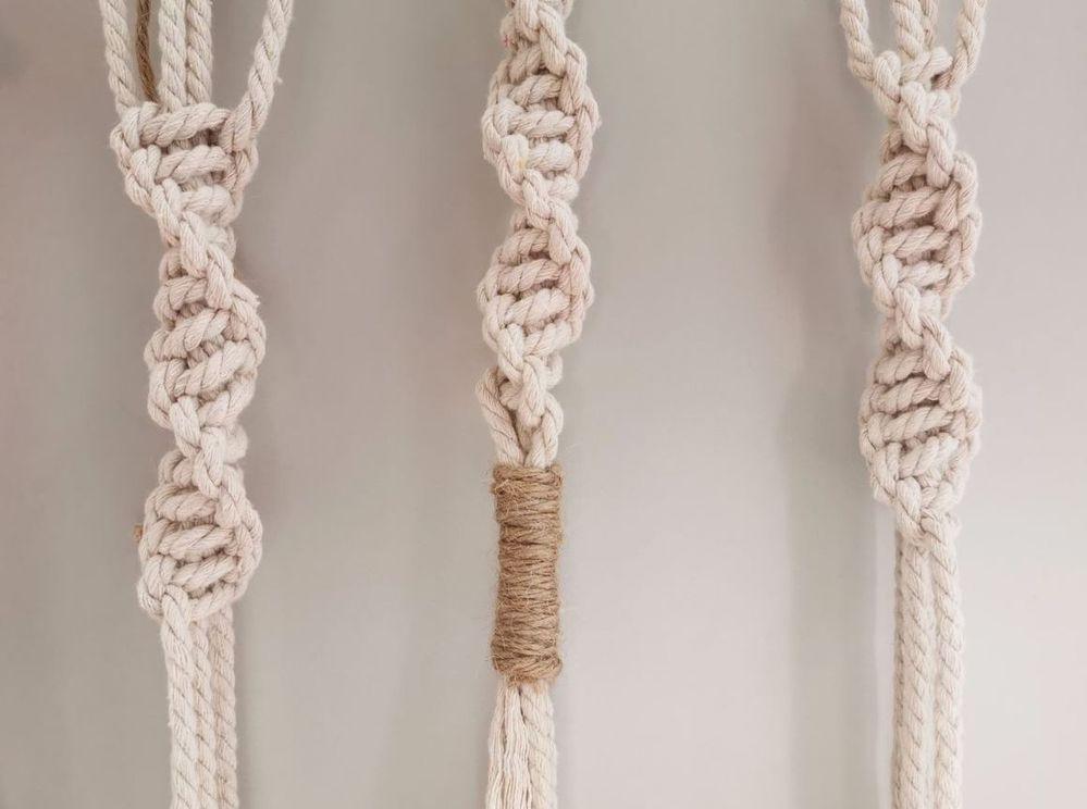 13. Pour une jolie finition, enrouler les fils macramé blancs de fil de jute sur plusieurs tours. Peigner les fils blancs.