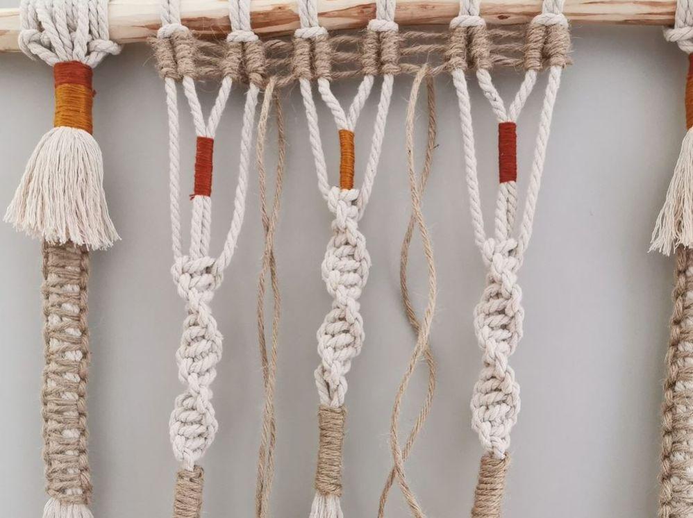 14. Insérer les 2 longueurs de fil de jute de 70 cm dans un espace ajouré du tissage de la barrette verticale.