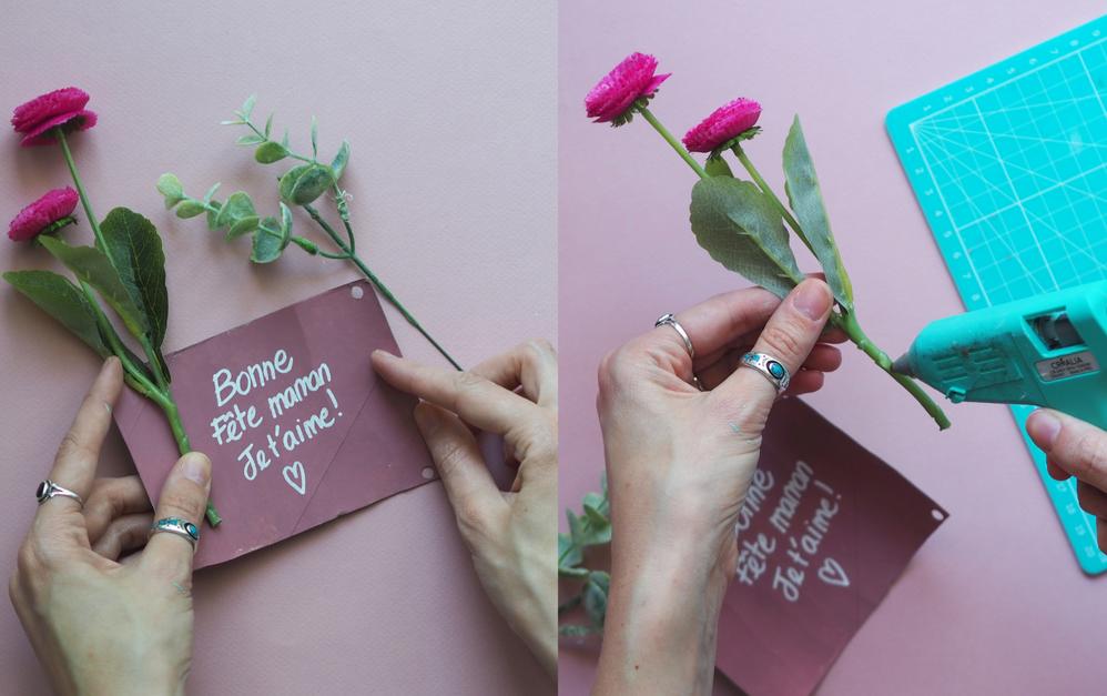 5. A l'aide de votre pistolet à colle, venez coller les tiges des fausses fleurs de part et d'autre du rouleau. Si vous le souhaitez, vous pouvez peindre les tiges de la couleur de la peinture intérieur pour les dissimuler.