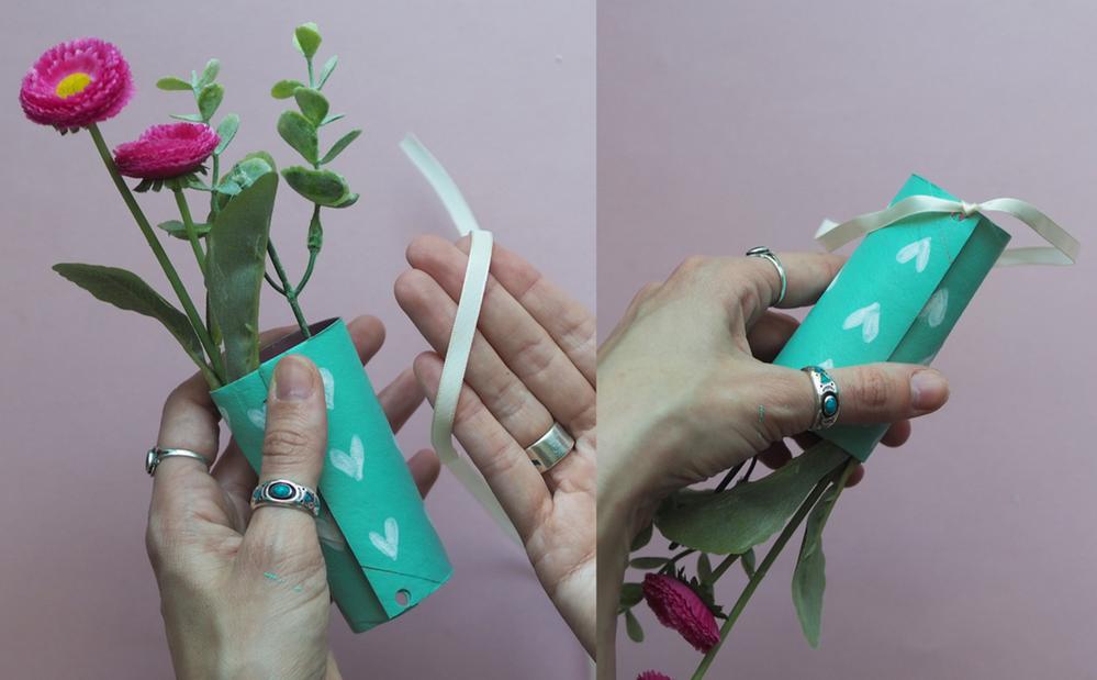 """6. Il est temps de refermer votre vase à l'aide de ruban. Votre carte """"bouquet de eurs"""" est terminée"""