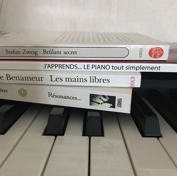 « Brûlant secret! J'apprends le piano, tout simplement... les mains libres! Résonances «