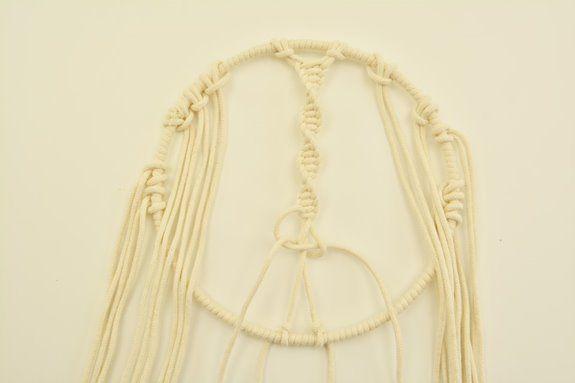 ETAPE 3/9 Réaliser sur toute la longueur des demi nœuds plats, toujours dans le même sens, ceci afin d'obtenir un nœud torsadé*. Une fois terminé, couper les excédents de fils et fixer le dernier nœud avec un point de colle blanche.