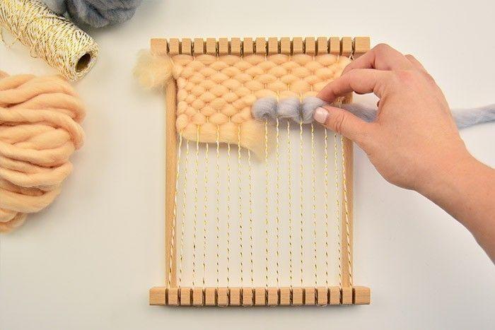 ETAPE 2/9 Couper 1,80 m de laine gris perle, compléter le tissage avec le point de toile bouclé : tirer sur la laine afin de former de petites boucles. Compléter et poursuivre le tissage.