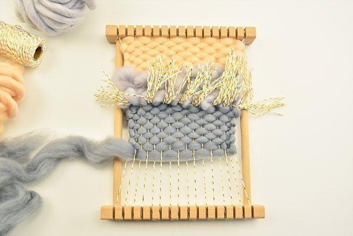 ETAPE 5/9 Poursuivre le tissage avec 1,80 m de laine gris souris et tisser le point de toile sur la moitié puis quelques longueurs complètes.