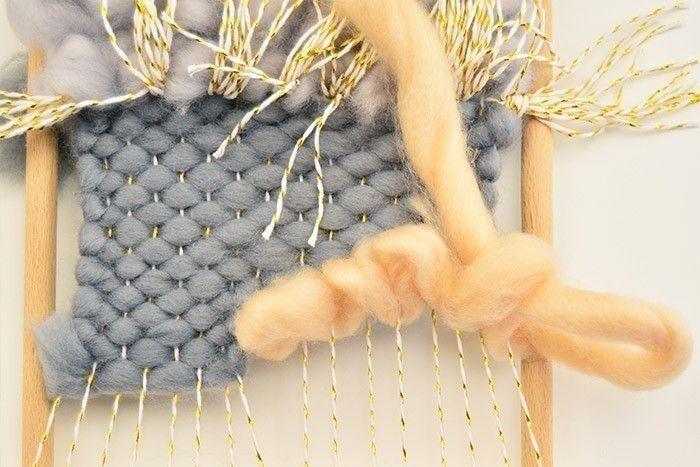 ETAPE 6/9 Pour créer du volume, réaliser un point de toile bouclé avec 1,80 m de laine vieux rose sur une longueur puis au retour, faire passer le fil dans les boucles, une fois par en haut et une fois par en bas. Renouveler l'opération pour tisser toute la longueur de laine.