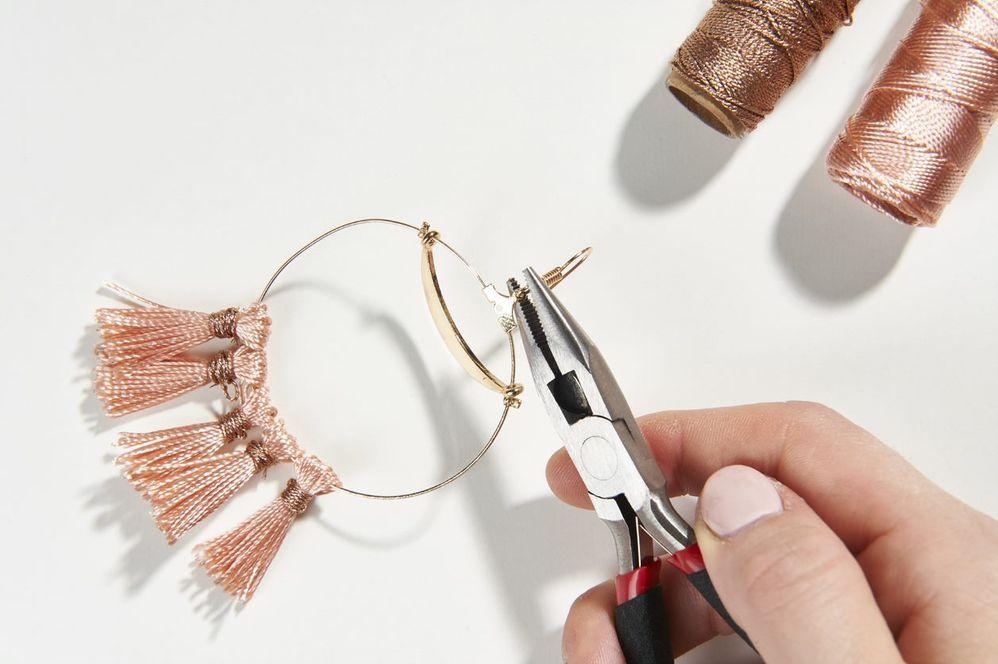 ETAPE 7/10 Placer et écraser la perle à écraser pour bloquer la breloque « croissant ». Fixer ensuite le crochet pour boucle d'oreille.