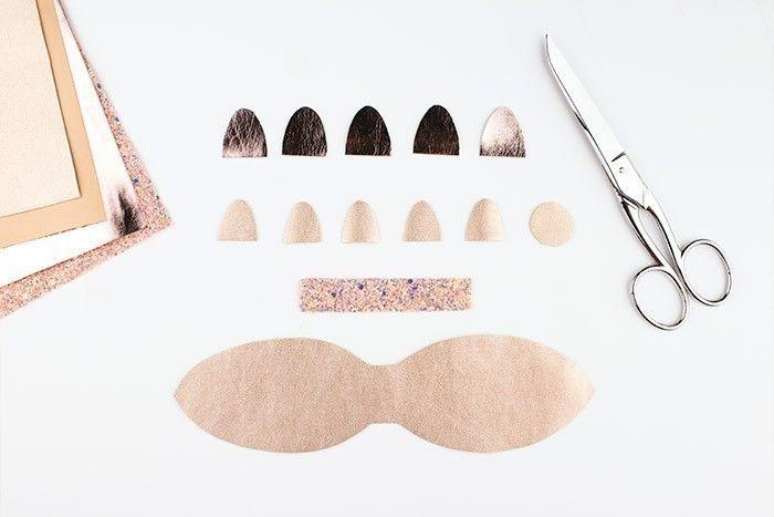 ETAPE 1/10 Téléchargez et imprimez le gabarit. Reportez les pièces sur l'envers du simili cuir avec le feutre effaçable et découpez.
