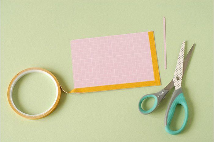 IDÉE N° 1 : CRÉATION D'UNE POCHETTE Choisir une grande carte et découper pour réduire la longueur de 5 millimètres. Fixer au dos de l'adhésif double face sur 3 côtés seulement pour garder une ouverture pour la pochette. Ôter le film de protection.