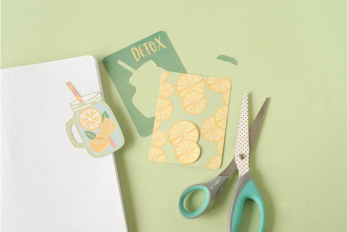 IDÉE N°2 : PAGE DÉTOX Choisir une petite carte de la collection et y découper le mug « jar ». Découper les rondelles de fruits d'une seconde carte.