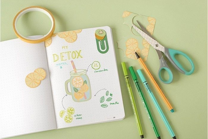 DÉE N°2 (suite) : PAGE DÉTOX  : Coller les fruits découpés à l'aide d'adhésif double face. Coller un trombone en carton léger. Écrire le nom des ingrédients aux feutres fins. Glisser les rondelles de fruits découpés dans le trombone en carton.
