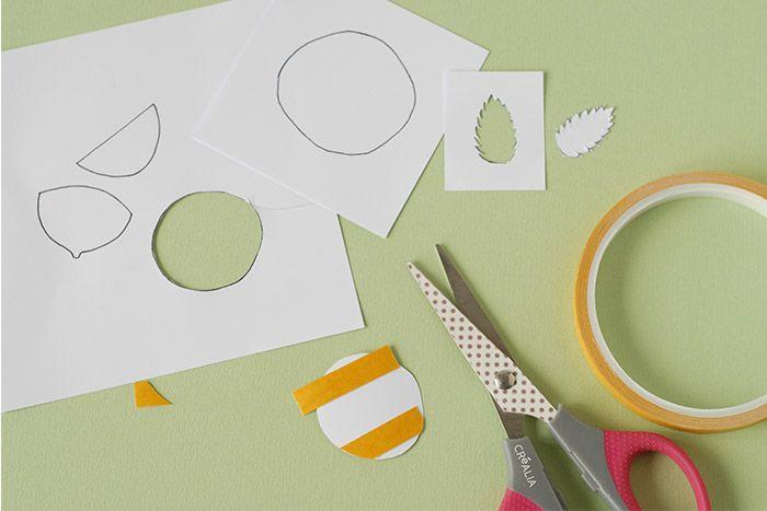 ETAPE 1/7 Imprimer les gabarits et les découper. Coller du ruban adhésif double face. Couper ce qui dépasse. Ôter le film de protection. Garder le contour de la feuille de menthe comme modèle.