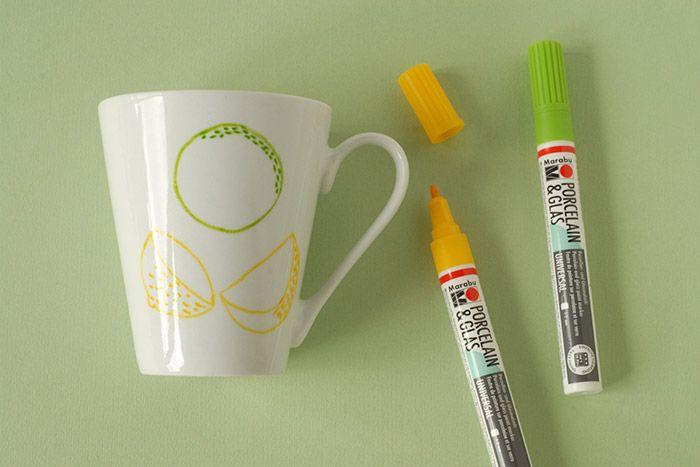 ETAPE 3/7 Dessiner les écorces. Pour le citron vert tracer 2 lignes de pointillés à l'intérieur du cercle vert. Dessiner une tranche d'épaisseur au quartier de ciron jaune de droite. Remplir de petits traits jaunes. Tracer l'arrondi intérieur du demi citron jaune de gauche. Décorer l'écorce de petits pointillés espacés. Laisser sécher.