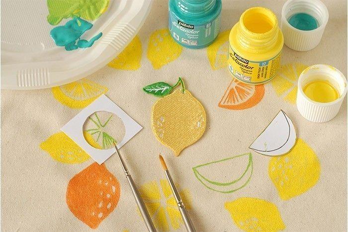 ETAPE 6/8 Préparer un mélange de peinture textile jaune et bleu turquoise pour obtenir du vert citron. Peindre les fruits sur l'ensemble du sac de la même façon que précédemment. Laisser sécher.