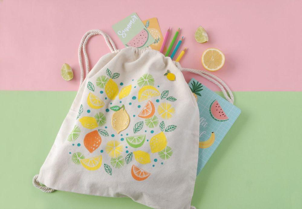 ETAPE 8/8 Finir par accrocher le pin's citron, votre sac est prêt pour vos balades estivales.