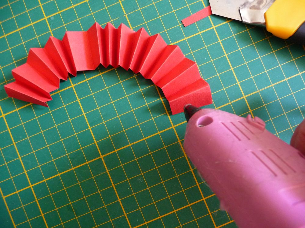 Fermer la cocarde en collant les deux extrémités puis coller un cercle au recto et au verso pour fixer la cocarde, elle ne se déformera pas.