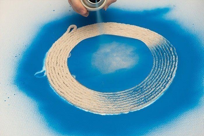 ETAPE 3/9 Couper un cercle de 12cm dans du papier sulfurisé et le positionner au centre du cercle de ficelle. Bomber les bords avec le spray peinture.
