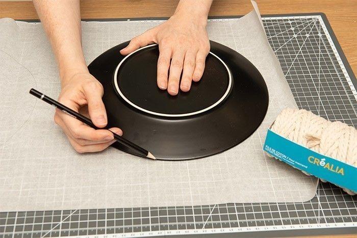 ETAPE 1/9 Sur du papier sulfurisé tracer un cercle de 24 cm de rayon. Pour cela s'aider d'une assiette, d'un bol ou d'un compas.