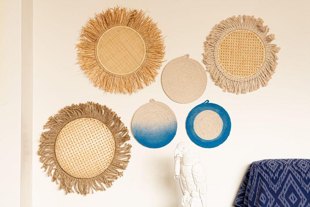 ETAPE 9/9 Accrocher tous les ronds au mur pour créer une décoration tendance vannerie.