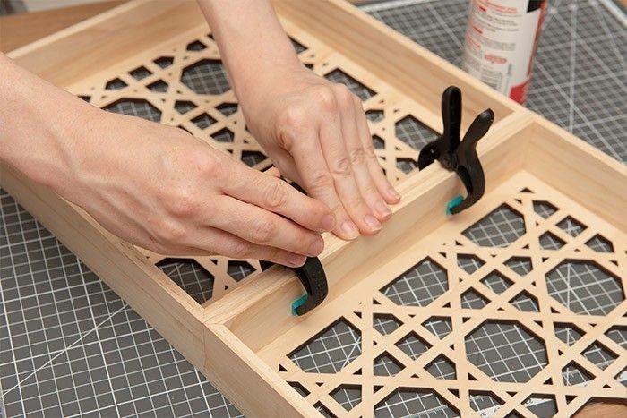 1. Assembler et coller avec une colle à bois à prise rapide 2 panneaux en bois. Les bloquer avec des pinces fortes.