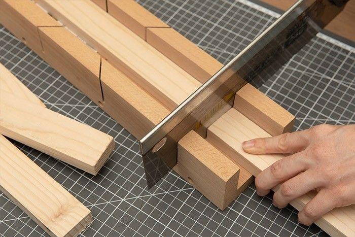 3. Couper 2 tasseaux sur une longueur de 60 cm. Couper deux autres tasseaux de 52 cm.