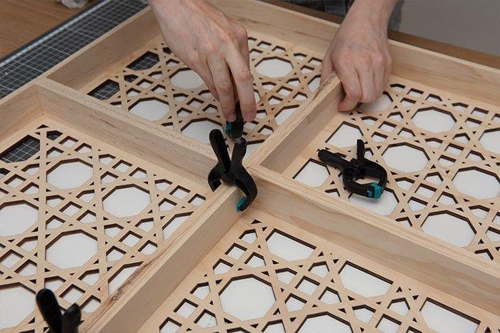 2. Assembler et coller ensuite les 4 panneaux ensemble pour former le plateau de la table. Poser des pinces fortes.