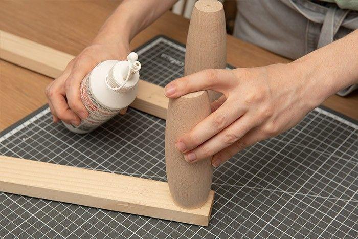 4. Fixer et coller des pieds de chaque côté des tasseaux de 60 cm.