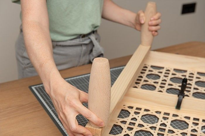 5. Encoller le dos de chaque tasseau de 60 cm et coller en pressant sur un côté du plateau.   Placer les 2 autres tasseaux de 52 cm pour former le cadrant carré.
