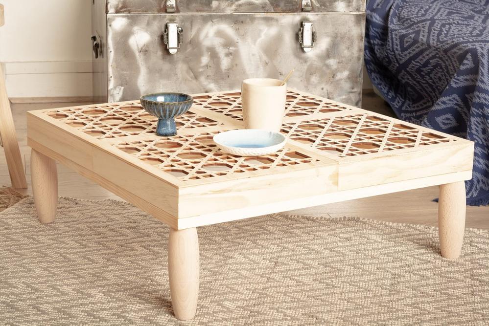 7. La table aux motifs cannage est prête pour décorer votre intérieur.    Idée + : Positionner sous la table une guirlande led pour l'éclairer le soir.