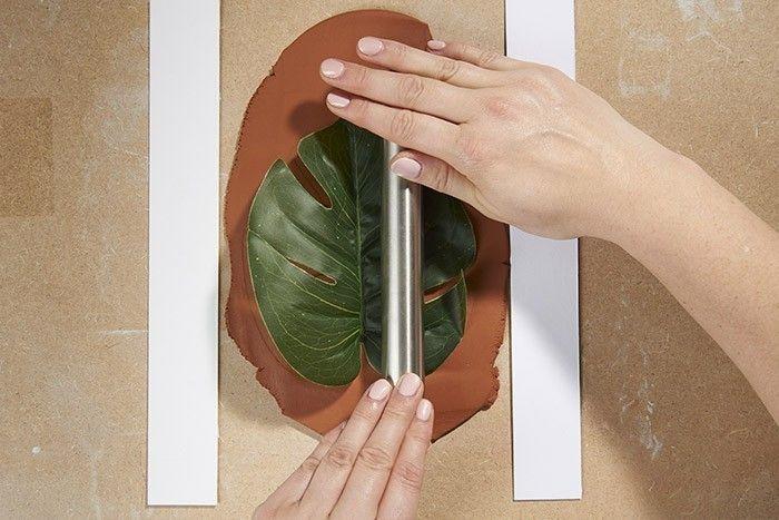 ETAPE 2/5 Poser un feuillage sur la pâte étalée et presser avec le rouleau pour obtenir l'empreinte.