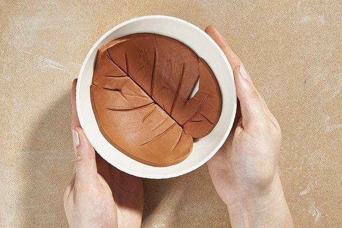 ETAPE 4/5 Retirer le feuillage en argile et le laisser sécher dans le fond d'un grand bol pour créer le bombé d'une coupelle. Une fois sec, le feuillage peut être peint avec de l'acrylique puis vernit ou laissé au naturel.