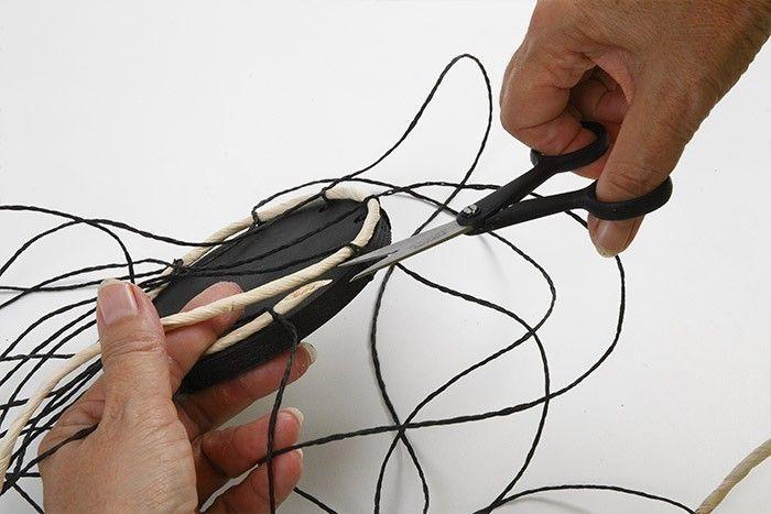 ETAPE 3/7 Astuce : biseauter l'extrémité de la corde de maïs pour faciliter le tissage. Appliquer une ligne de colle entre les deux tours si nécessaire.