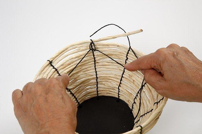 ETAPE 5/7 Lorsque vous attachez le dernier tour de corde de maïs, créez des nœuds de récif entre ce tour et le tour précédent.