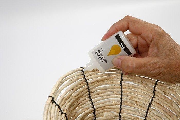 ETAPE 6/7 Astuce : Déposer une pointe de colle blanche pour fixer les nœuds. Laisser sécher.