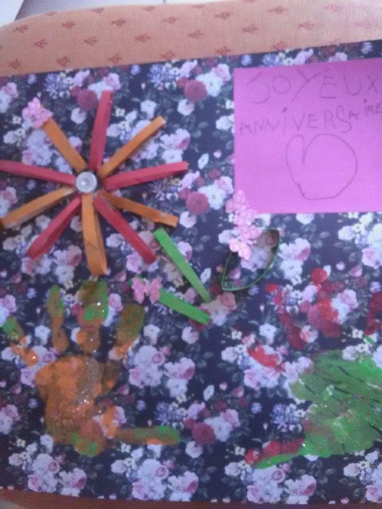 et le final.... les mains qui tiennent une fleur en carton...