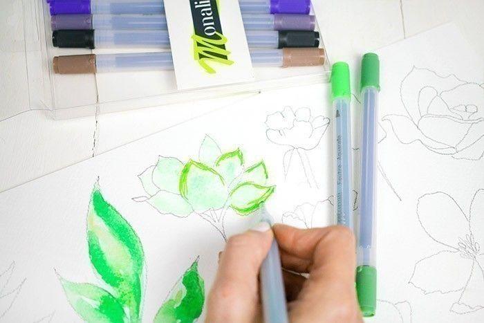 ETAPE 3/9 : 2ÈME TECHNIQUE Peindre le feuillage avec une couleur très diluée. Laisser sécher. Puis venir peindre par-dessus afin de créer des contrastes.