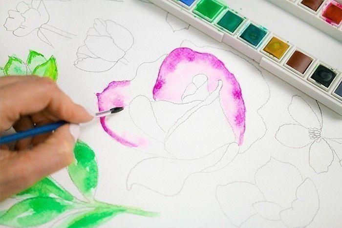 ETAPE 5/9 : 4ÈME TECHNIQUE Pour peindre une rose, prendre son pinceau avec peu d'eau et tracer les contours. Puis avec beaucoup d'eau, venir étaler la couleur.