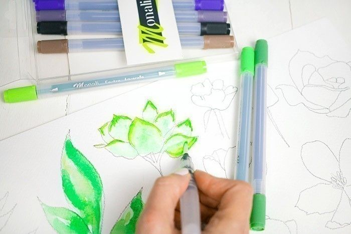 ETAPE 4/9 : 3ÈME TECHNIQUE Utiliser les feutres aquarelles pour créer des ombres sur le feuillage peint et sec. Avec le pinceau réservoir, diluer ces ombres sur le dessin.