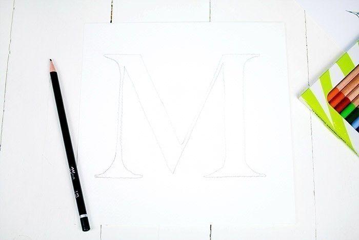 ETAPE 1/9 Imprimer les gabarits et à l'aide du papier calque, reproduire la lettre choisie sur le papier aquarelle ainsi que les fleurs.
