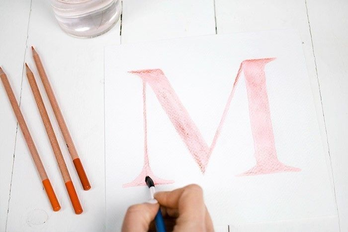 ETAPE 2/9 Colorier la lettre avec les crayons aquarelle. Faire des zones plus foncées pour créer du contraste