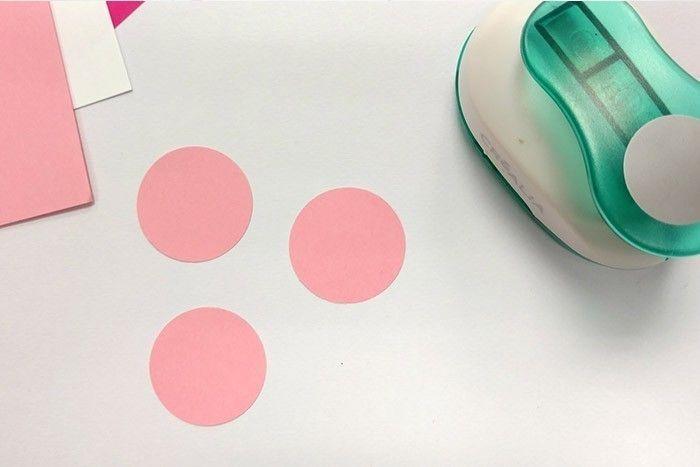 ETAPE 1/8 Pour réaliser une première fleur, couper 3 ronds à l'aide de la perforatrice.
