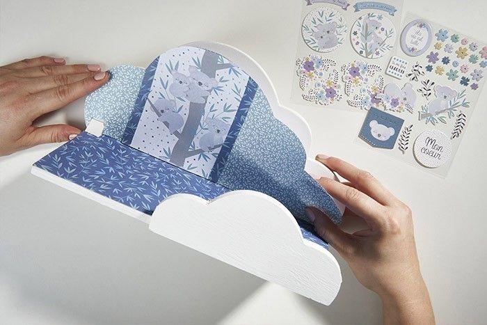 ETAPE 3/6 Coller les papiers découpés sur l'étagère nuage à l'aide du double-face extra-fort.