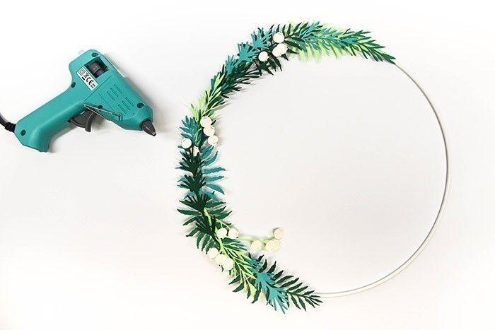 ETAPE 8/13 Insérez et collez les branches à baies parmi les autres feuilles où vous souhaitez ajouter des nuances de couleurs.
