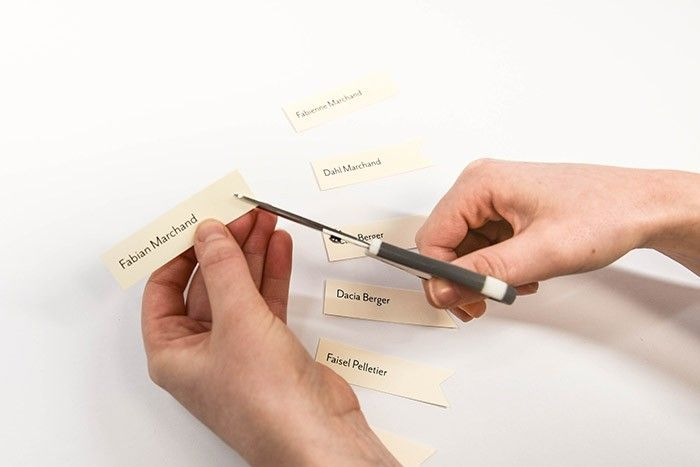 ETAPE 11/13 Imprimez les noms des invités sur le papier crème et découpez-les aux ciseaux en formant des bannières.