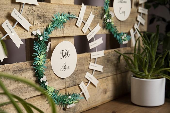 ETAPE 13/13 Créez autant d'anneaux que de tables d'invités pour votre mariage et disposez-les sur une palette en bois récupérée.