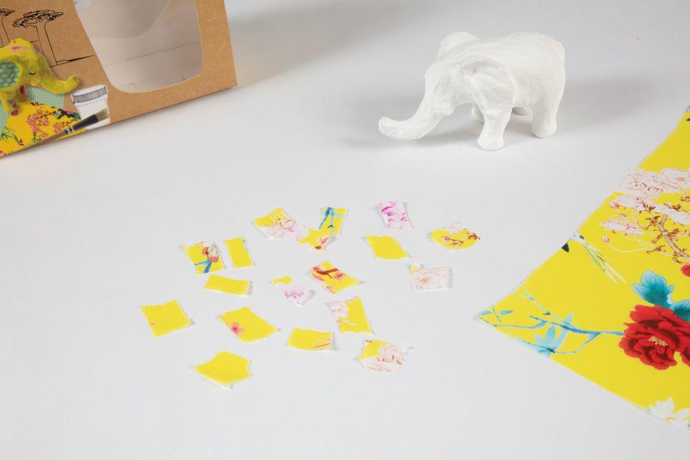 1. Déchirer des petits morceaux de papier jaune de 2x2cm environ.