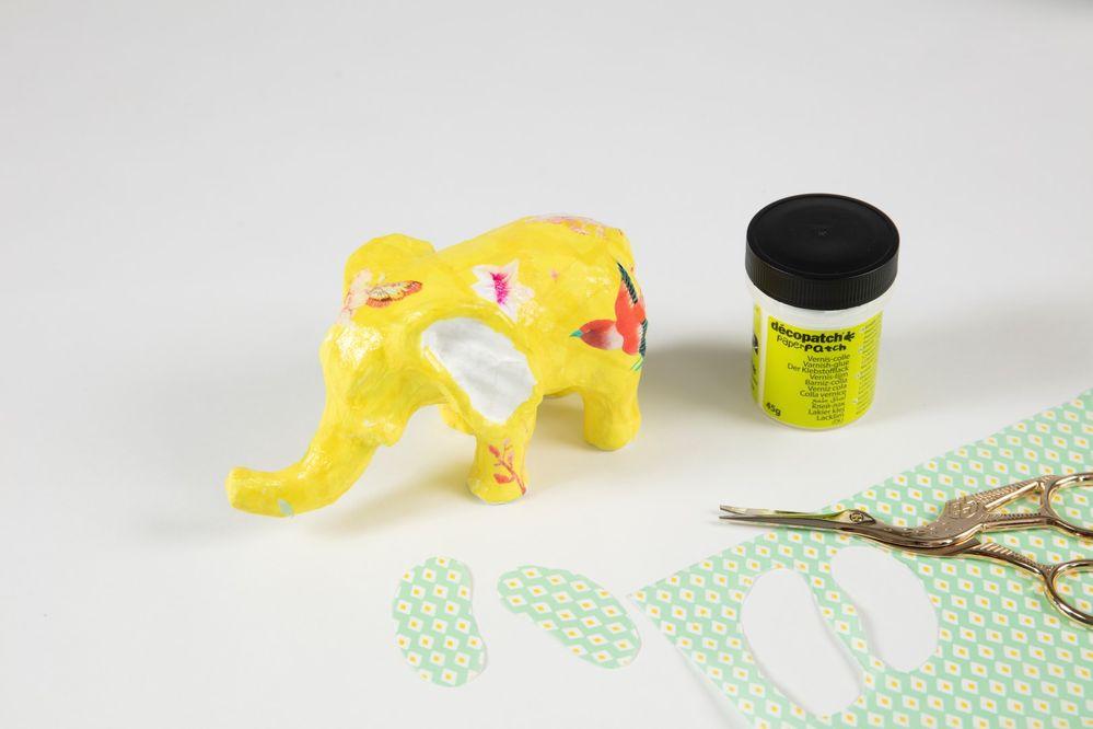 5. Découper deux morceaux de papier vert de la taille de l'oreille de l'éléphant.