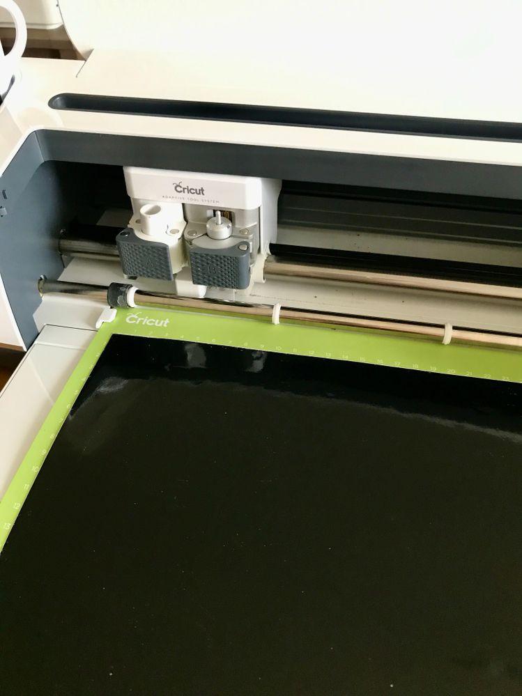 Lancez la découpe en cliquant sur CREER et suivez les instructions. Sélectionnez le matériau VINYL. Placez le vinyle sur votre tapis de découpe. Mettez le tapis dans les encoches de la machine et appuyez sur les boutons comme demandé sur votre écran.