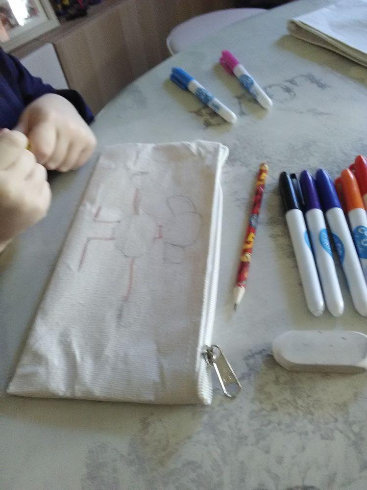 il dessine au crayon à papier avant...