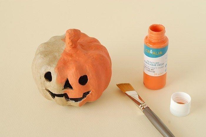 ETAPE 1/7 Les citrouilles. Peindre la première citrouille à la peinture acrylique orange. Laisser sécher.