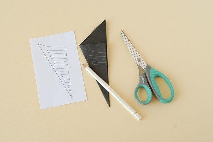 ETAPE 5/7 Les toiles d'araignée. Plier en 16 le carré de papier de soie. Imprimer le gabarit. Reporter les traits de coupe au crayon blanc.